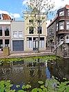 foto van Hoekpand Lange Dwarsstraat met afgewolfd zadeldak. Gepleisterde lijstgevel. Mezzanino