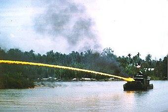 ベトナム戦争でナパームを使用した米海軍の砲艦。