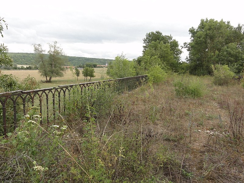 Ugny-sur-Meuse (Meuse) ancien chemin de fer (07) sur viaduc 4 arcs