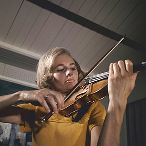 Ursula Bagdasarjanz - Ursula Bagdasarjanz with a Stradivari from the Rolf Habisreutinger Collection