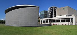 Uma fotografia de um prédio em arquitetura moderna.