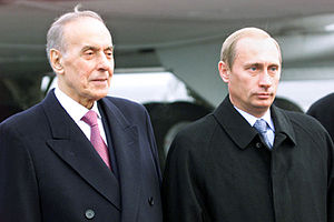 Azerbaijan–Russia relations - Vladimir Putin with Heydar Aliyev in Azerbaijan at Bina airport.
