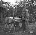 Voščinarjev oče s stiskalnico za vosek, Ponova vas 1948.jpg