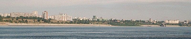 Вид Волгограда с острова у середины Волги (2005)