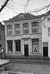 foto van Empire huis onder dwars schilddak en lijstgevel waarin ingang met pilasters