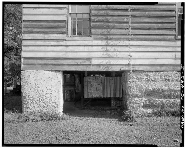 File:WEST SIDE- FOUNDATION DETAIL SHOWING LEFT STUCCOED AND SCORED TABBY PIER AND AT RIGHT BARE TABBY PIER - Summit (House), County Road 390, Meggett, Charleston County, SC HABS SC,10-MEG,1-5.tif