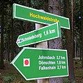 Wanderwegweiser Hochwaldstraße bei Schmiedeberg.jpg