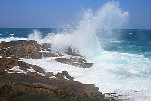 English: Waves on Hoe Point No doubt nothing c...