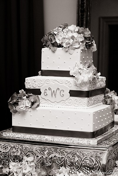 File:Wedding Cake with Hydrangeas.jpg