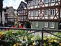 Wetzlar - Fachwerkhäuser und Blumenschmuck am Kornmarkt.jpg