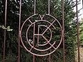 Znak ČKD na kovových vratech ve Slaném.jpg