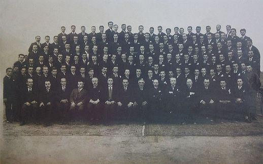 1928 yılında ilk mezunlar öğretim elemanlarıyla birlikte. Önde oturan öğretim üyeleri soldan sağa: (3) Süheyb Nizami Derbil; (4) Veli Saltık; (5) Nusret Metya; (6)Cemil Bilsel; (7) Mahmut Esad Bozkurt; (8) Ahmed Ağaoğlu; (9) Mustafa Şeref Özkan; (10) Tevfik Kamil Koperler; (11) Sadri Maksudi Arsal; (12) Şevket Memedali Bilgişin; (13) Fahri Ecevit; (14) Mazhar Nedim Göknil[16].