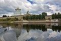 Кремль со стороны реки Великая.jpg