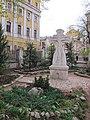 Памятный крест в церковном дворике Храма Трёх Святителей на Кулишках - panoramio.jpg