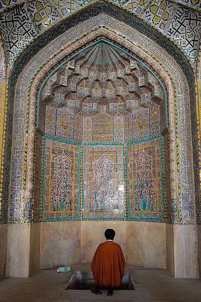 File:عکس روحانی در محراب مسجد وکیل شیراز.jpg