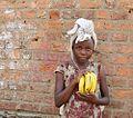 15 février 2015, village de Pinga, Nord-Kivu, RD Congo. Une jeune vendeuse de bananes. (16238766704).jpg