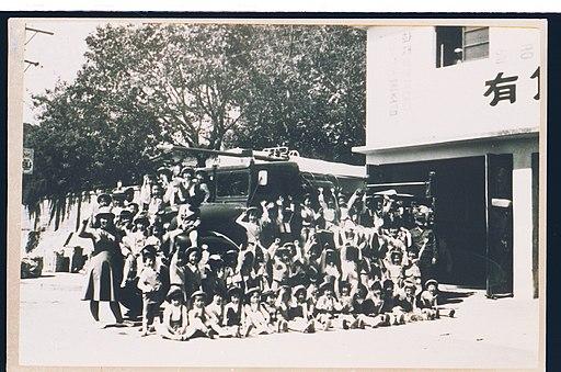 1960년대 말 강원양양소방대를 방문한 유치원생들이 기념촬영을 하는 모습 대한민국의 소방 역사 사진 이름 정리