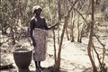 ASC Leiden - Coutinho Collection - doos-1 23 - Trip to Senegalese border from Candjambary, Guinea-Bissau - Woman with a rice basket - 1974.tif