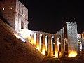 Aleppo (Halab), Abends beleuchtete Zitadelle (Qal'at Halab) (ayyubidisch von al-Aziz) (38674533252).jpg