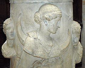 Séléné entourée des Dioscures ou de Phosphoros (l'étoile du matin) et Hespéros (l'étoile du soir), autel de marbre du IIesiècle trouvé en Italie, musée du Louvre
