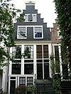 foto van Huis met slechts een zolderverdieping boven de hoge hoofdverdieping; trapgevel op houten pui
