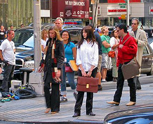 The Devil Wears Prada (film) - Hathaway between takes while shooting a scene in Midtown Manhattan