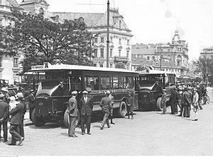 Autobusy na placu Teatralnym w okresie międzywojennym.jpg