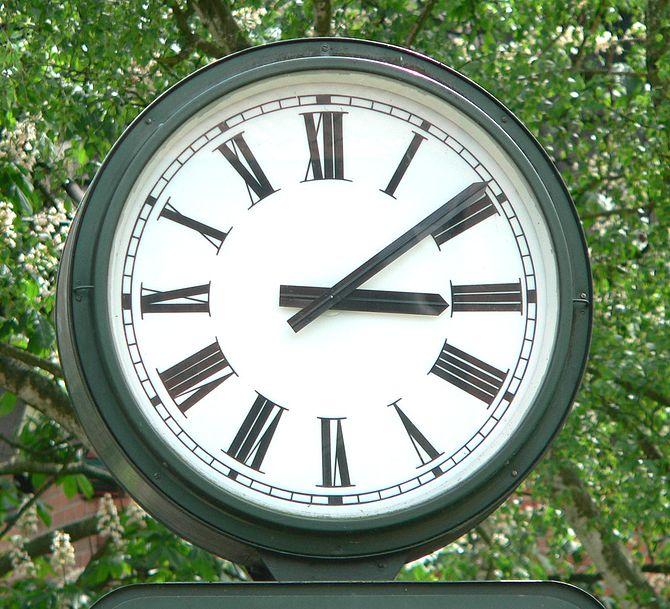 English: Clock in Bad Salzdetfurth, Germany, B...