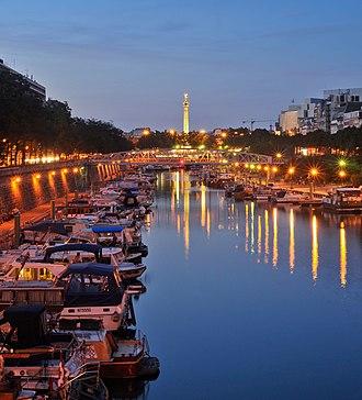 Bassin de l'Arsenal - Bassin de l'Arsenal and Colonne de Juillet at night.