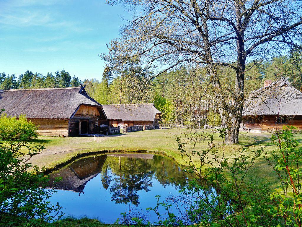 > Maisons en bois de la région de Courlande dans le musée ethnographique de Riga en Lettonie. Photo de Zairon.