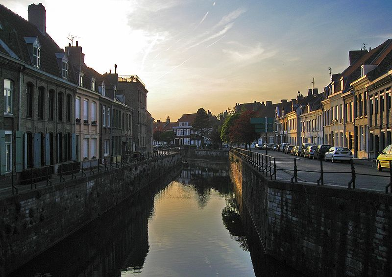 http://upload.wikimedia.org/wikipedia/commons/thumb/0/09/Bergues-Canal.jpg/800px-Bergues-Canal.jpg