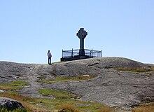 Croix en pierre au sommet d'une colline