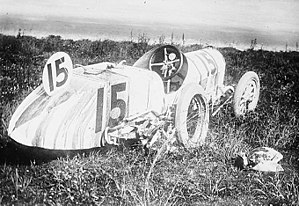 Bob Burman - Image: Bob Burman Cutting racecar after accident in 1912 Indy 500