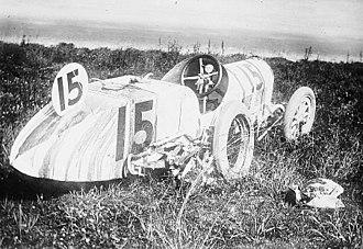 Bob Burman - Image: Bob Burman Cutting racecar after accident in 1912 Indy 500