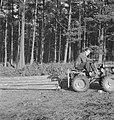 Bosbewerking, arbeiders, boomstammen, landbouwmachines, werktuigen, sleepwerkzaa, Bestanddeelnr 253-4001.jpg