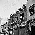 Breskens. Bewoners kijkten vanuit verwoeste ramen op de eerste verdieping van he, Bestanddeelnr 900-4016.jpg