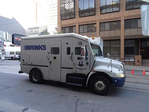 Brinks truck on Dundas - 2017 10 20 (29941501808)