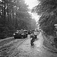 Britse pantservoertuigen (Guards Armoured Division) op weg naar Hengelo, Bestanddeelnr 900-2376.jpg
