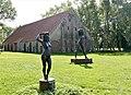 Bronzeskulpturen der Künstlerin Irénée Duriez vor der Zehntscheune der Klosteranlage Ter Doest (Belgien).jpg