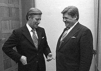 Hanns Martin Schleyer (right) and Chancellor Helmut Schmidt Bundesarchiv B 145 Bild-F044137-0029, Bundeskanzler Schmidt empfangt H. M. Schleyer retouched.jpg