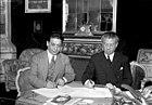 Bundesarchiv Bild 102-09723, Max Reinhardt unterzeichnet Tonfilmvertrag.jpg