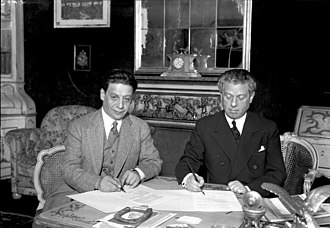 Max Reinhardt - Max Reinhardt signing a contract with the US film producer Curtis Melnitz in Berlin, 1930