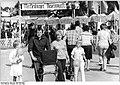 Bundesarchiv Bild 183-1982-0626-007, Tutow, Arbeiterfestspiele, Bauernmarkt.jpg