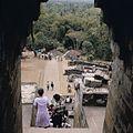 COLLECTIE TROPENMUSEUM Bezoekers van de Borobudur TMnr 20027042.jpg