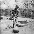 COLLECTIE TROPENMUSEUM Een Samo vrouw schenkt water vanuit een putaker in een waterpot TMnr 20010191.jpg