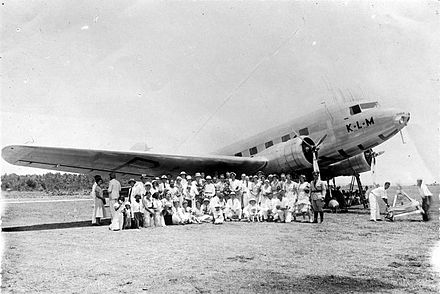 KLM Douglas DC-2 aircraft Uiver in transit at Rambang airfield on the east coast of Lombok island following the aircraft being placed second in the MacRobertson Air Race from RAF Mildenhall, England, to Melbourne in 1934 COLLECTIE TROPENMUSEUM Een groep Europeanen staat op het vliegveld Rambang voor het vliegtuig de Uiver dat is aangekomen op Lombok na afloop van de London-Melbourne-race in 1934 TMnr 10010712.jpg