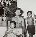 COLLECTIE TROPENMUSEUM Een man met twee kinderen TMnr 60052403.jpg