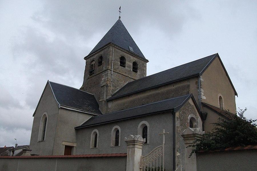 L'église de Champfleury vue depuis le nord ouest, au premier plan son cimetière.