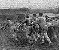 Championnat de France de rugby 1937, Vienne - Montferrand, sortie de mêlée pour le montferrandais Thiers, le demi de mêlée qui ouvre sur ses lignes arrières.jpg