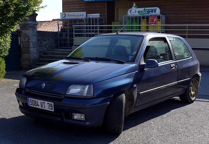 Renault Clio Williams phase I with its original gold alloys.